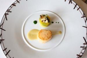 Saint-jacques et ormeaux poêlés, millefeuille de topinambour aux salicornes, sauce au Chablis © P.Schaff