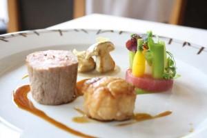 Filet et ris de veau dorés et son jus à la cazette de noisette, palets de jeunes légumes et cèpes bouchons poêlés © P.Schaff