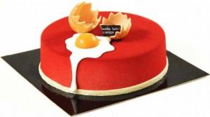 Etonnant gâteau de Pâques composé d'un croustillant gianduja surmonté d'une mousse mascarpone crémeuse au citron vert et d'une compotée de fraises. Décor « œuf sur le plat » en chocolat. Disponibles en plusieurs tailles de 4 (17 €) à 10 personnes (39 €). (www.vincentguerlais.com).