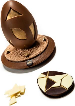 Paré de dorure, l'œuf tangram en chocolat au lait, doit être cassé pour révéler à l'intérieur 7 pièces composées de chocolat blanc. Les heureux gourmands doivent alors séparer l'œuf de son socle pour découvrir le modèle du tangram à reconstituer. 68 € (www.mandarinoriental.fr)