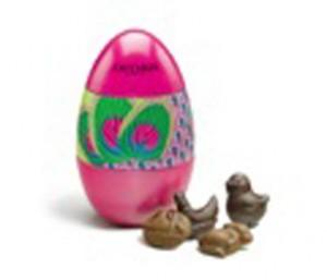 Dans cet œuf métallique mystérieux, se cache un assortiment de chocolats de Pâques, noir et au lait. Chacun d'entre eux renferme une ganache caramel ou un gianduja. 120 g, 17 € (www.fauchon.com).