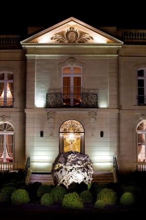 Au-dessus des marches du perron, l'élégante façade est ornée d'une moulure où deux initiales s'entrelacent. Celles d'un éminent juriste bordelais, esprit contestataire et doyen de la faculté de droit en son temps, qui avec son épouse, a fait construire cet hôtel particulier.