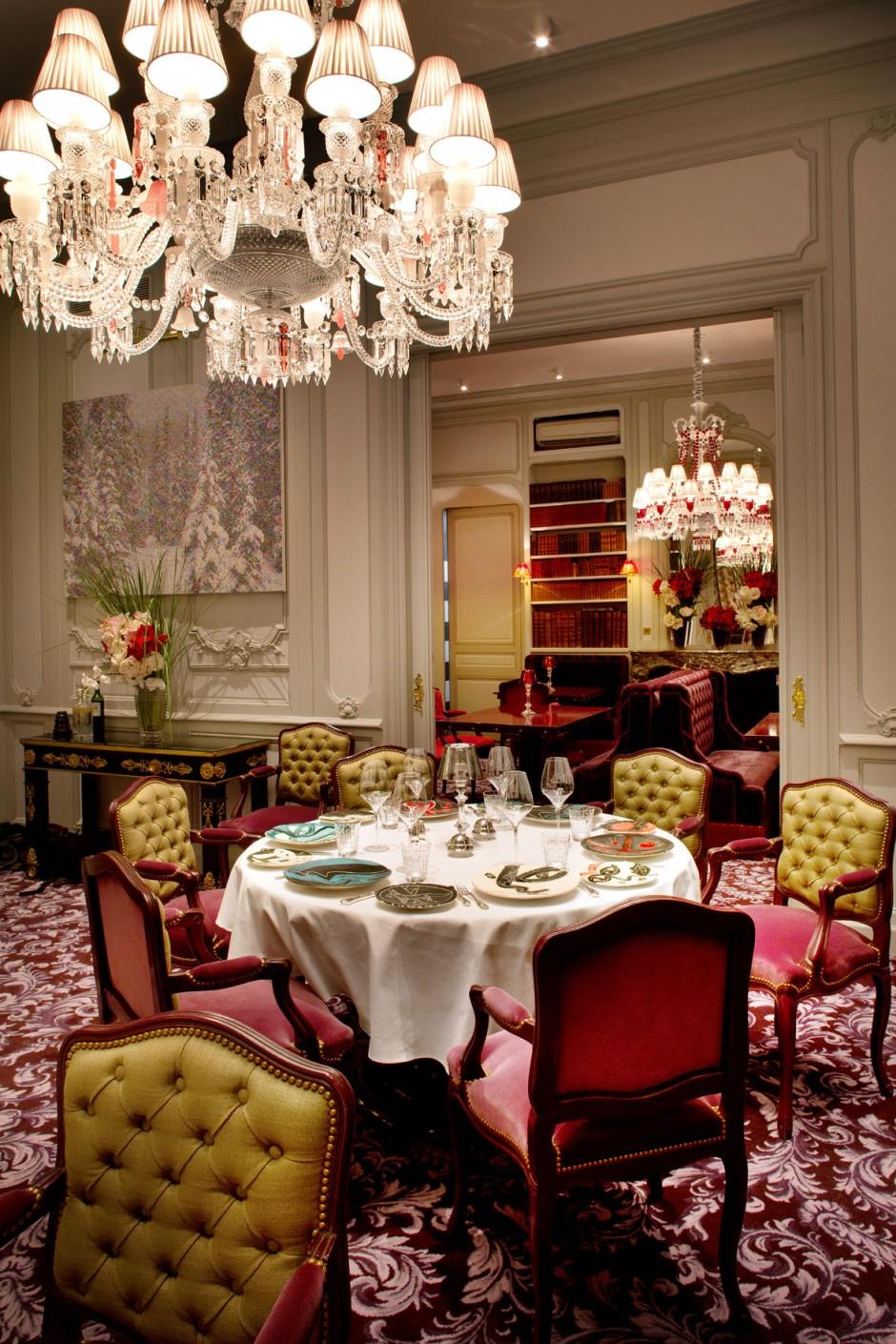 Côté décoration, dans les deux salons du restaurant gastronomique, l'interprétation du style Napoléon III, s'inscrit dans l'élégance : boiseries et moulures grises, lustres Baccarat. Un écrin raffiné et une mise en scène chaleureuse pour magnifier déjeuners et dîners : arts de la table choisis chez Christofle, verres et carafes Baccarat et ultime clin d'œil à l'art, avec les assiettes de présentation et à pains en céramique, spécialement conçues par l'artiste Erik Ifergan, provenant de l'atelier qui abritait le four de Picasso à Vallauris.