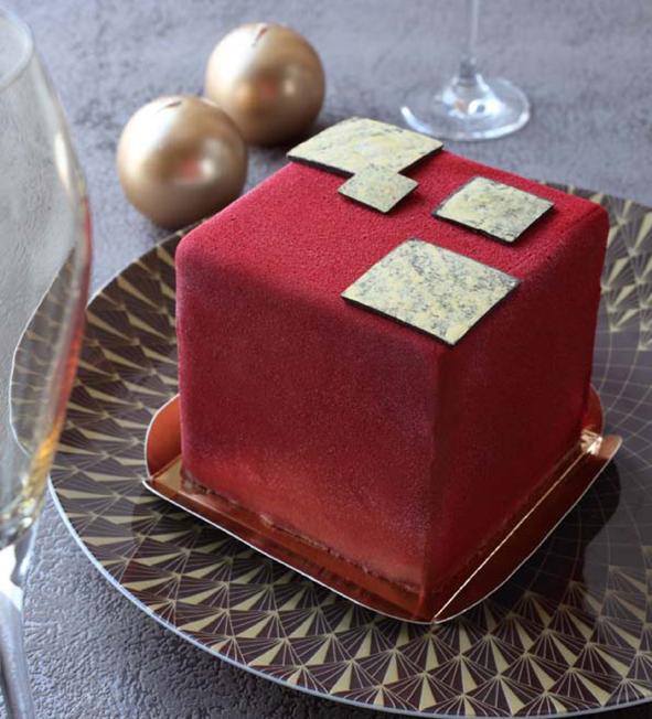 Bûche Cube. Chocolat Guanaja et chocolat d'Orient aux cinq épices, compotée de framboises. Ernest le Glacier (www.ernest-le-glacier.com).
