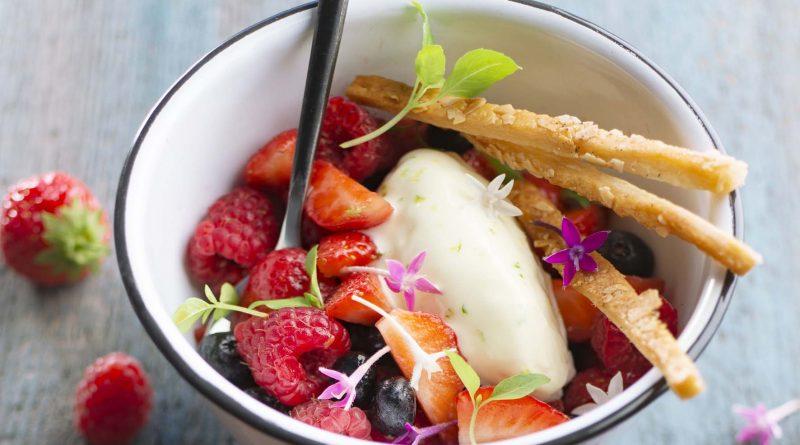 Salade de fruits rouges, quenelle crème citron et basilic glacé