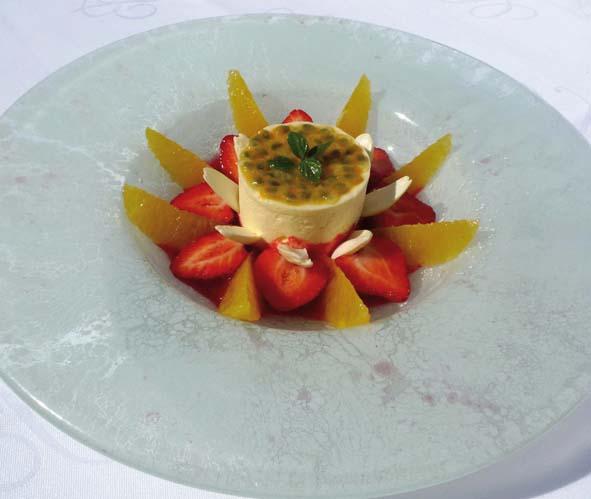 Mousse glacée au fruit de la passion, fraises et agrumes, jus de fruits rouges acidulé