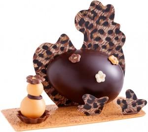 Cette cocotte au look « ethno chic » s'amuse d'une décoration décalée en chocolat au lait imprimé savane et chocolat noir. 12,95 € (www.chocolatsrolandreaute.com).