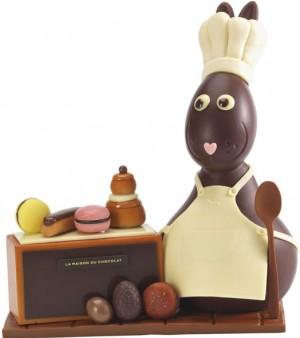 Pâtissier «Toque Chef» en chocolat noir et chocolat ivoire dans un décor composé de mobilier et de pâtisseries miniatures en chocolat noir, au lait, blond et ivoire. Poids : 700 g, 120 € (www.lamaisonduchocolat.com).