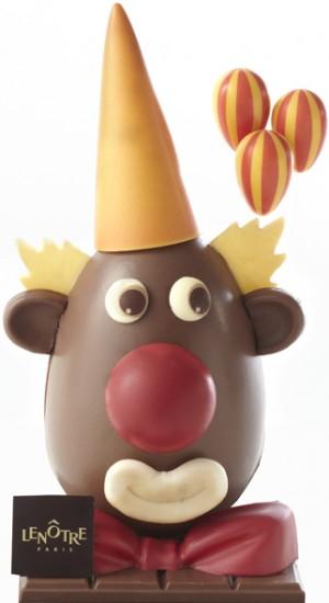 L'œuf clown en chocolat au lait est à croquer…Chapeau en pointe, nez rouge et nœud papillon en chocolat blanc, tout y est ! 59 € (www.lenotre.fr)