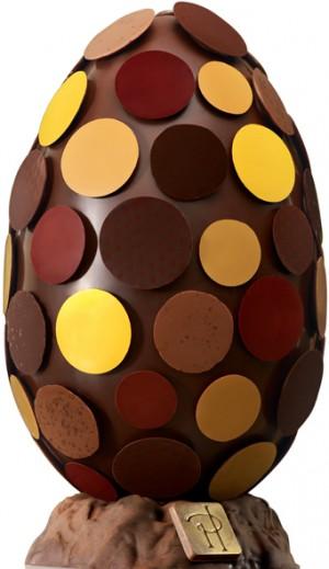 L'œuf galets est un hommage au chocolat pure origine Pérou, une petite merveille aux notes d'agrumes cultivée dans la province de Morropón. Il est revêtu d'une multitude de galets gourmands et colorés, théâtre de finesse pour les sens. 24 cm. 95 € (www.pierreherme.com)