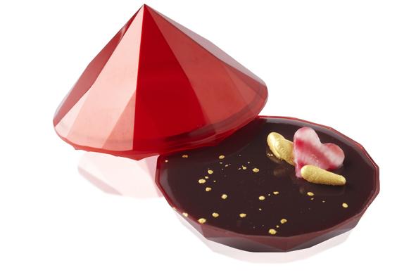 Diamant rouge. Amuse-bouche idéal pour débuter un dîner en tête à tête inoubliable, ce foie gras de canard glacé au Maury est servi dans un précieux écrin en forme de diamant rouge passion (6 €). © T.Dhellemmes