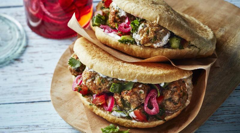 Boulettes de veau dans leur pain Pita, salade de tomates et concombre