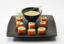 Makis de saumon et ravioles, cappuccino aux condiments