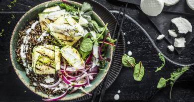 Bol de riz sauvage au citron vert, courgettes et palets de chèvre frais